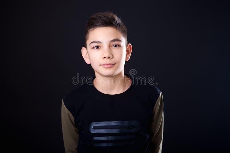 Adolescent de portrait sur un fond noir photos libres de droits