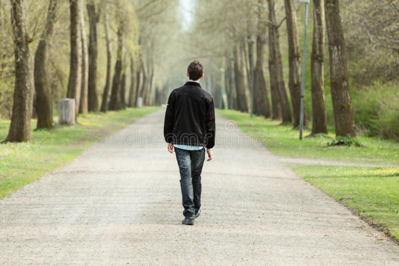 Adolescent descendant une route rurale image libre de droits