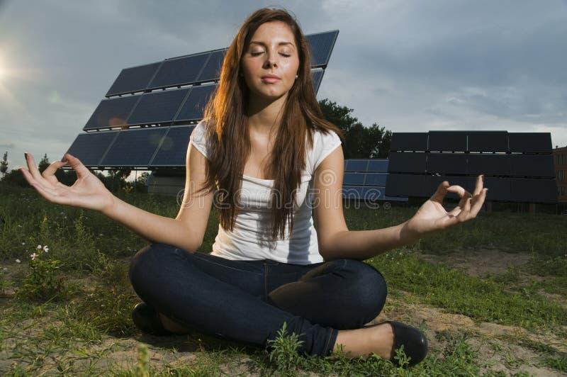 Adolescent et panneaux solaires images libres de droits