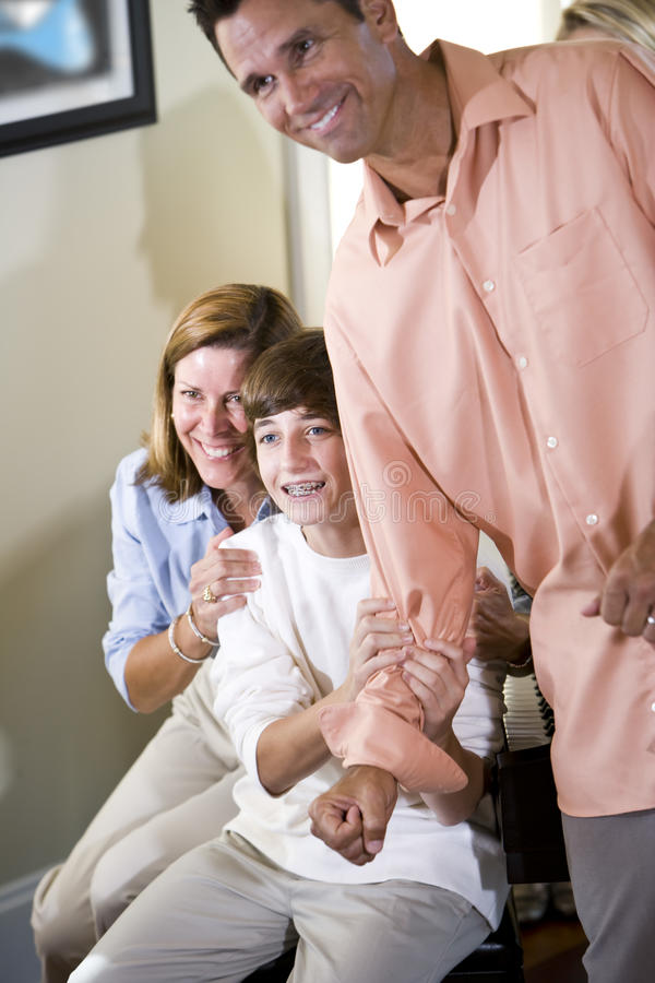 Adolescent et parents à la maison semblant excités photographie stock