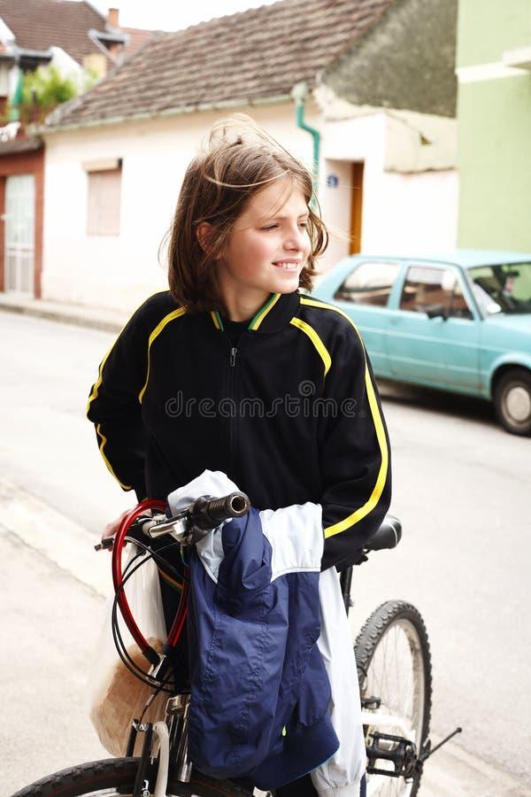 Adolescent et vélo dans la ville images libres de droits