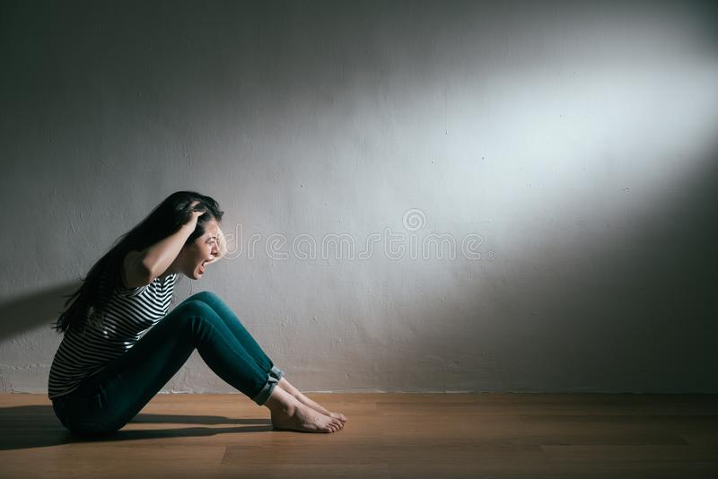 Adolescent féminin de dépression folle se sentant soucieux images stock
