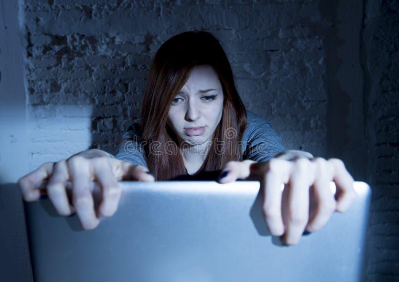 Adolescent féminin effrayé avec cyberbullying et harcèlement de souffrance d'ordinateur portable d'ordinateur étant maltraités en images libres de droits