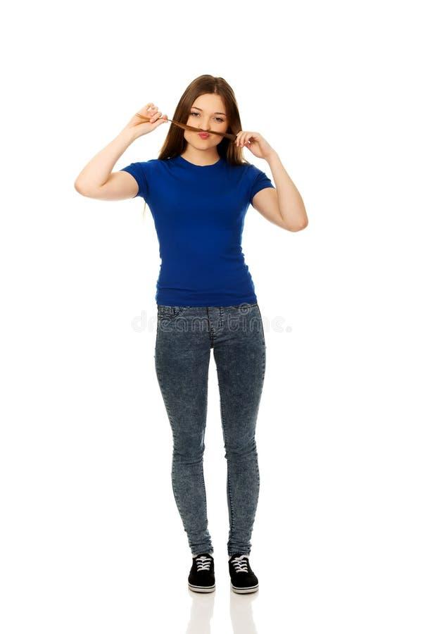 Adolescent faisant la moustache à partir des cheveux photographie stock