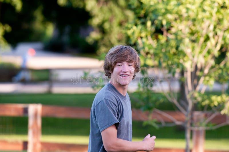 Adolescent heureux dans le sourire d'arrière-cour photo libre de droits
