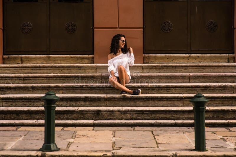 Adolescent heureux s'asseyant sur les escaliers photographie stock