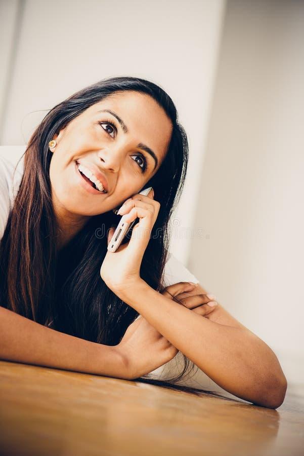 Adolescent indien de joli portrait à l'aide du téléphone de mobole photographie stock libre de droits
