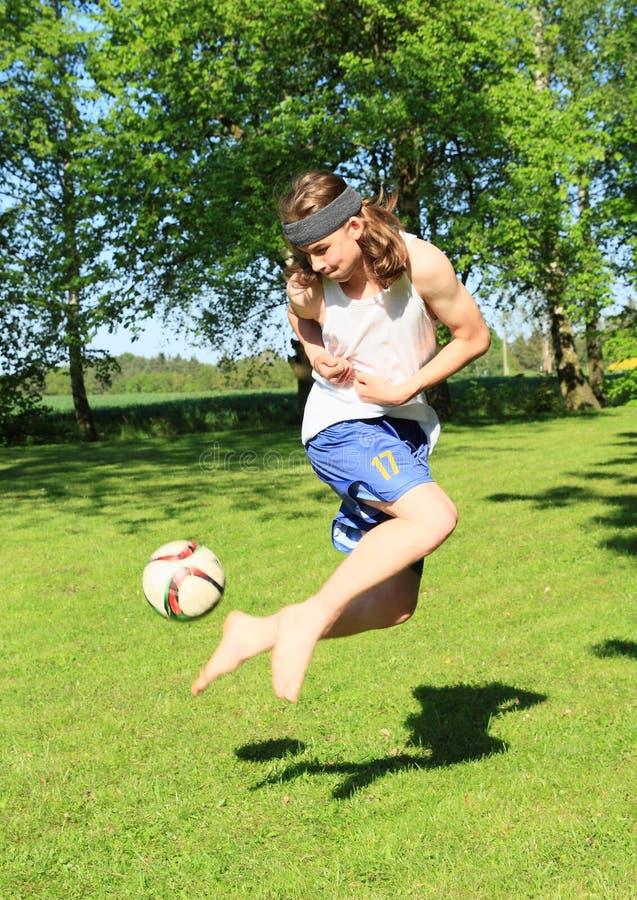 Adolescent jouant le football images libres de droits