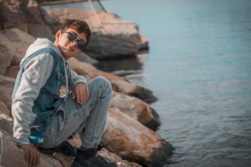 Adolescent latin de brune photo libre de droits