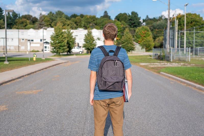Adolescent marchant à l'école photo stock