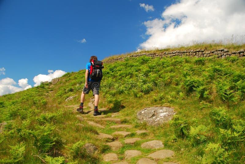 Adolescent marchant sur le chemin du mur du Hadrian photographie stock