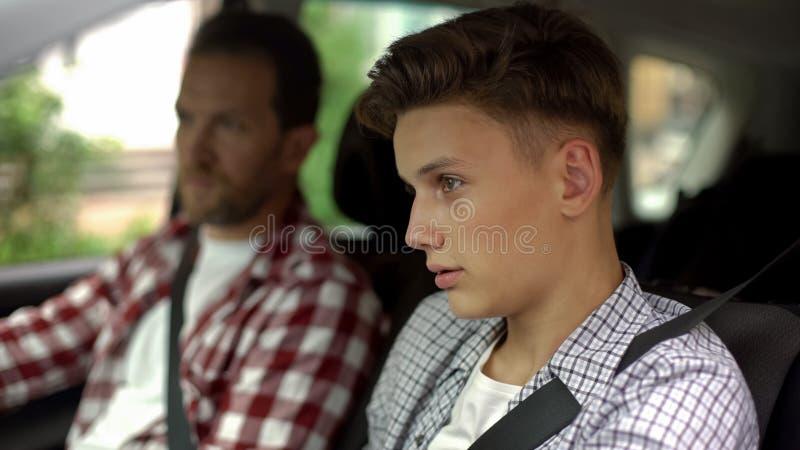 Adolescent masculin d'enseignement d'instructeur pour conduire l'automobile, règles de sécurité, plan rapproché photos libres de droits