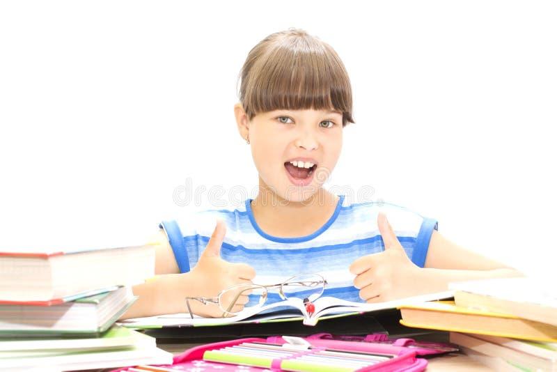 Adolescent mignon avec des livres sur le fond blanc photos stock