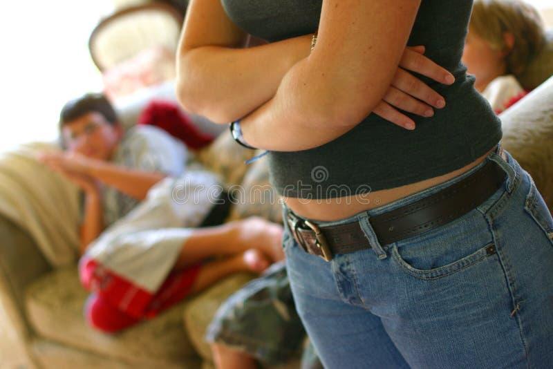Adolescent observant au-dessus des gosses image libre de droits