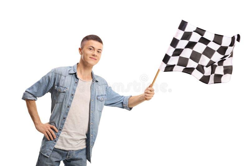 Adolescent ondulant un drapeau à carreaux de course photos stock
