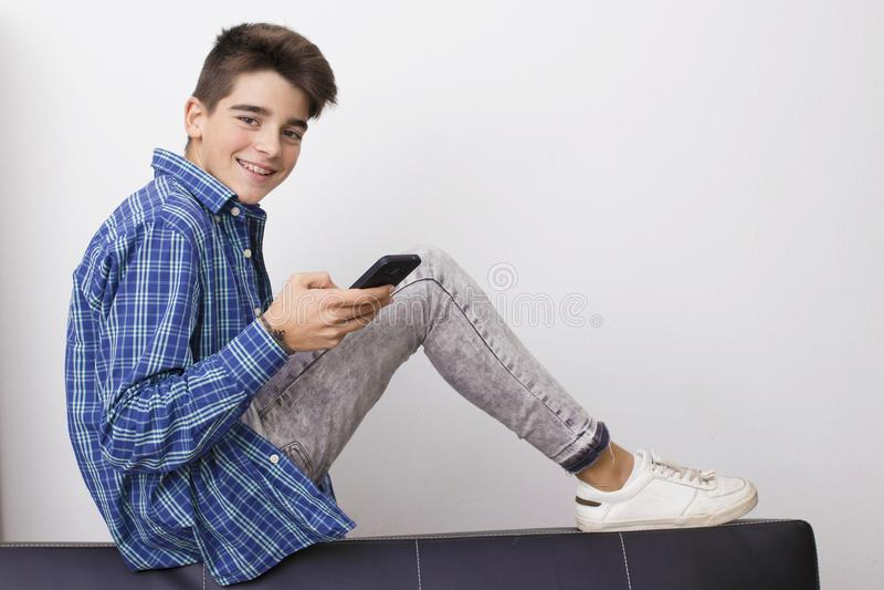 Adolescent ou préadolescent avec le téléphone portable images stock