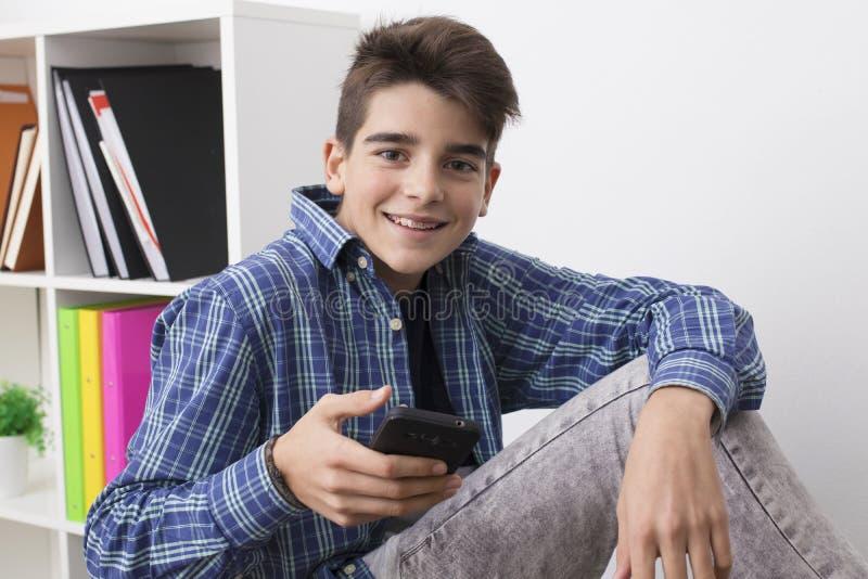 Adolescent ou préadolescent avec le téléphone portable photos stock