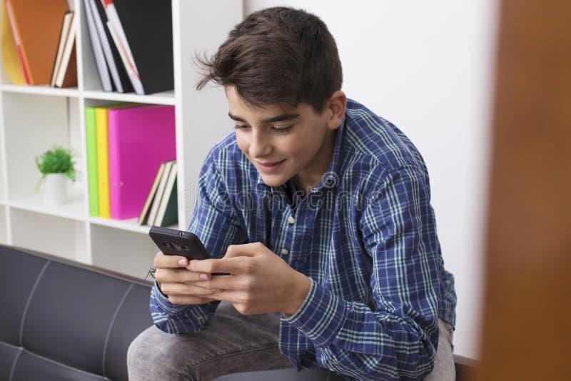 Adolescent ou préadolescent avec le téléphone portable image libre de droits