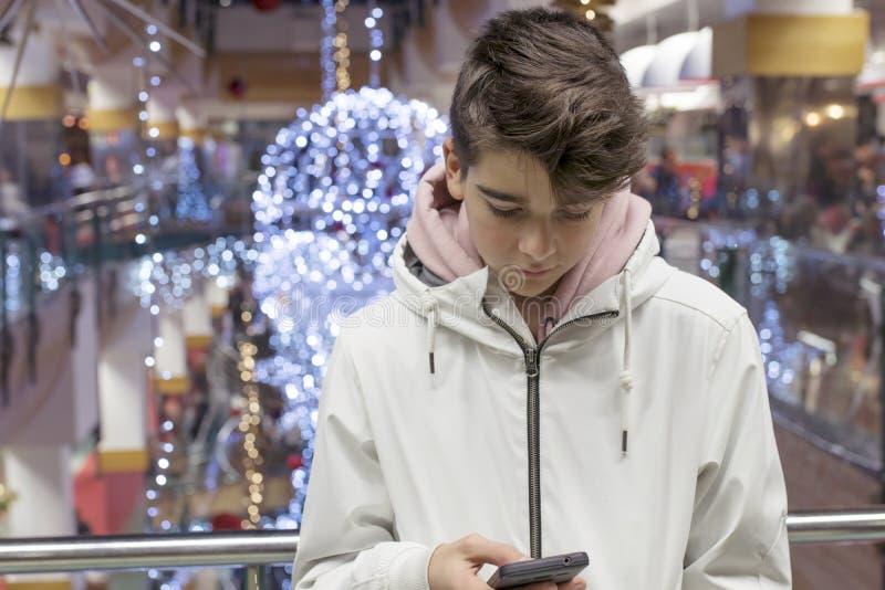 Adolescent ou préadolescent avec le téléphone portable photo stock