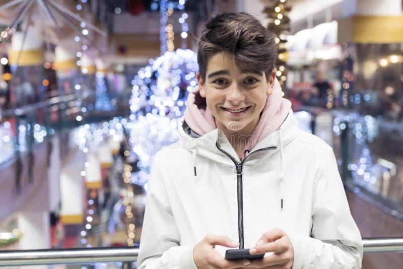 Adolescent ou préadolescent avec le téléphone portable images libres de droits