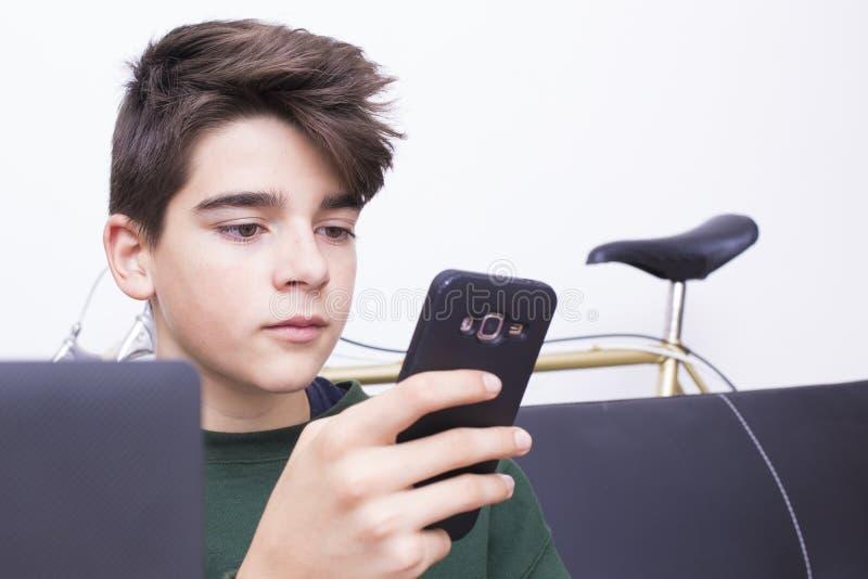 Adolescent ou préadolescent avec le téléphone portable photo libre de droits