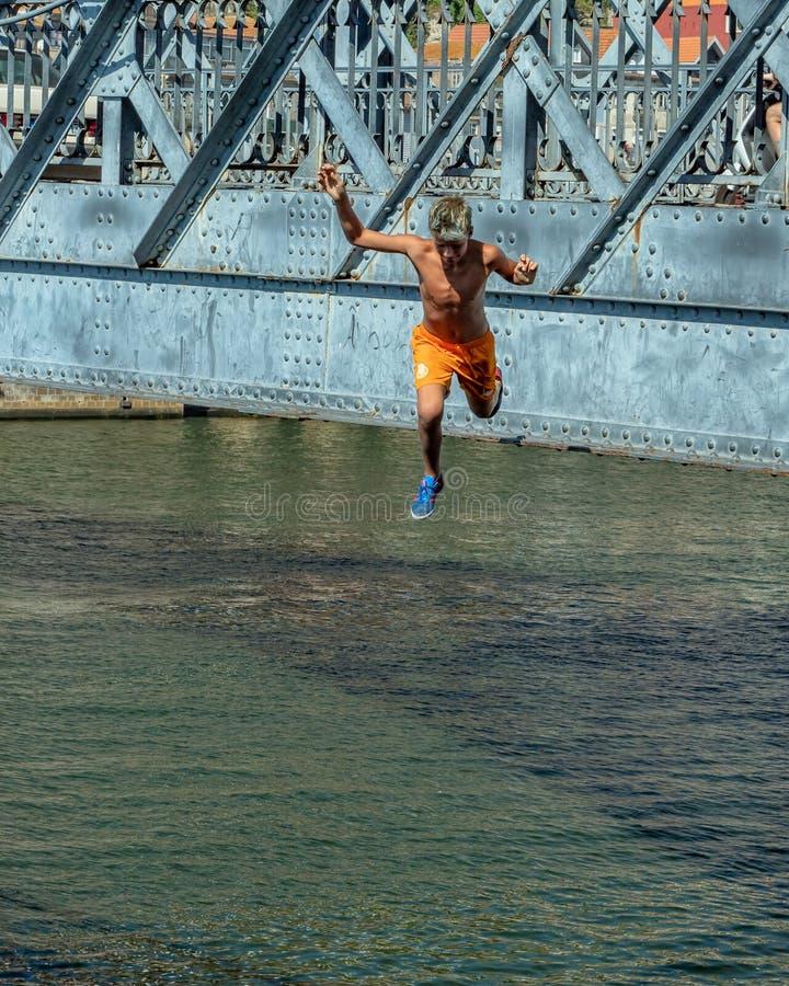 Adolescent plongeant dans la rivière Douro, Porto, Portugal photographie stock