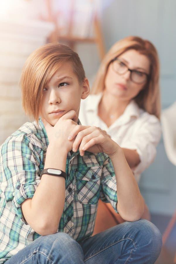 Adolescent réfléchi pensant ses problèmes images libres de droits