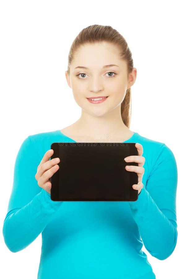 Adolescent retenant une tablette image libre de droits