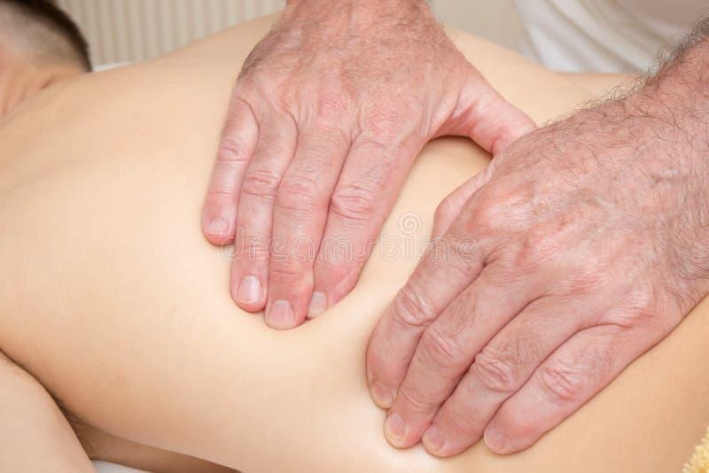 Adolescent s'étendant sur une table de massage images stock