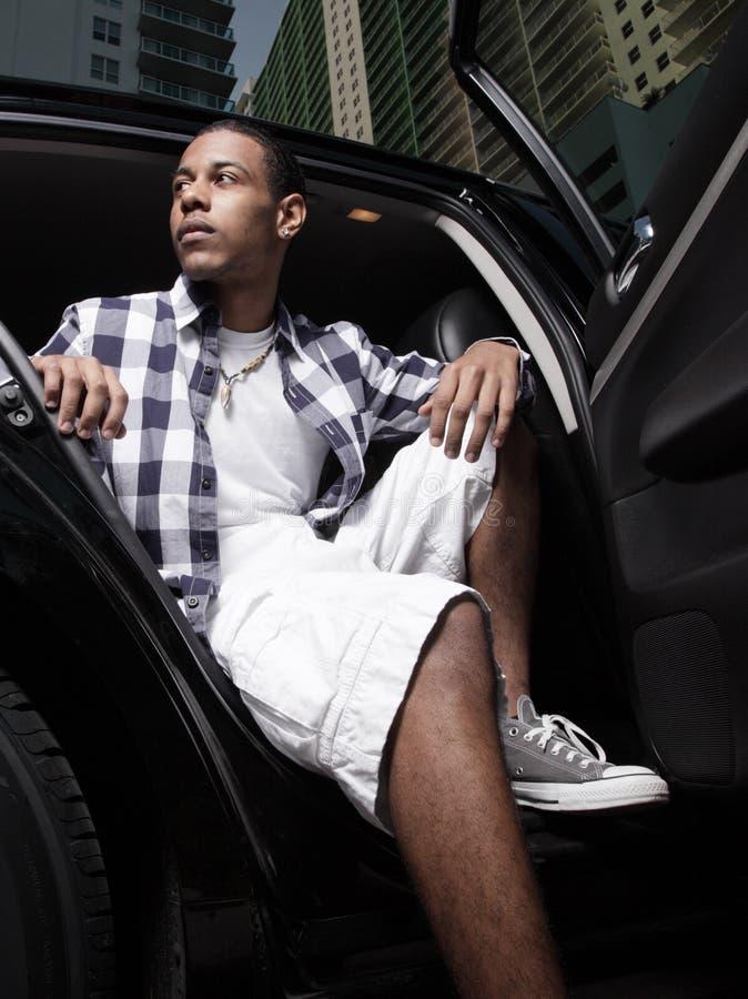 Adolescent s'asseyant dans un véhicule photographie stock libre de droits