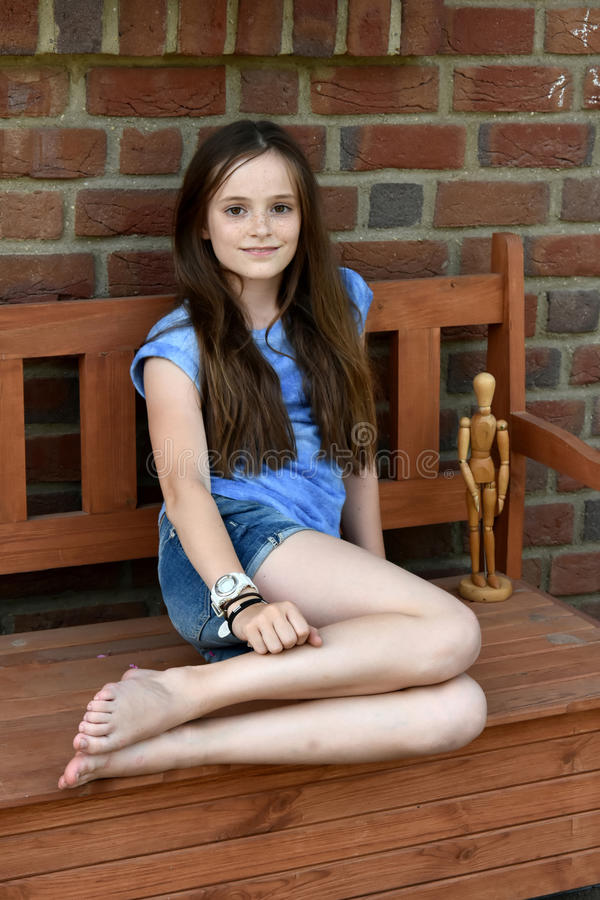 Adolescent s'asseyant sur un banc photo libre de droits