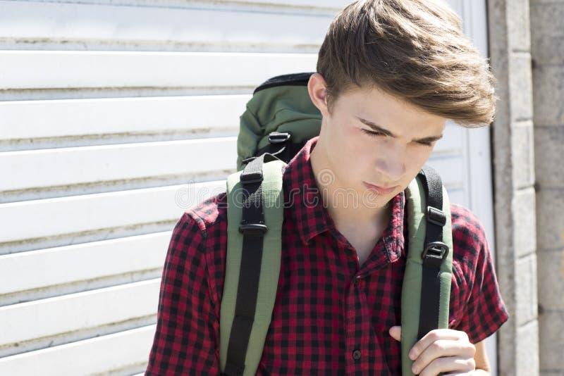 Adolescent sans abri malheureux sur les rues avec le sac à dos photos libres de droits