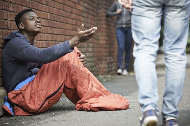 Adolescent sans abri priant pour l'argent sur la rue photos libres de droits