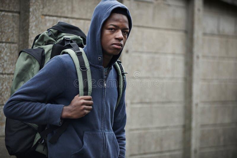 Adolescent sans abri sur des rues avec le sac à dos photo libre de droits
