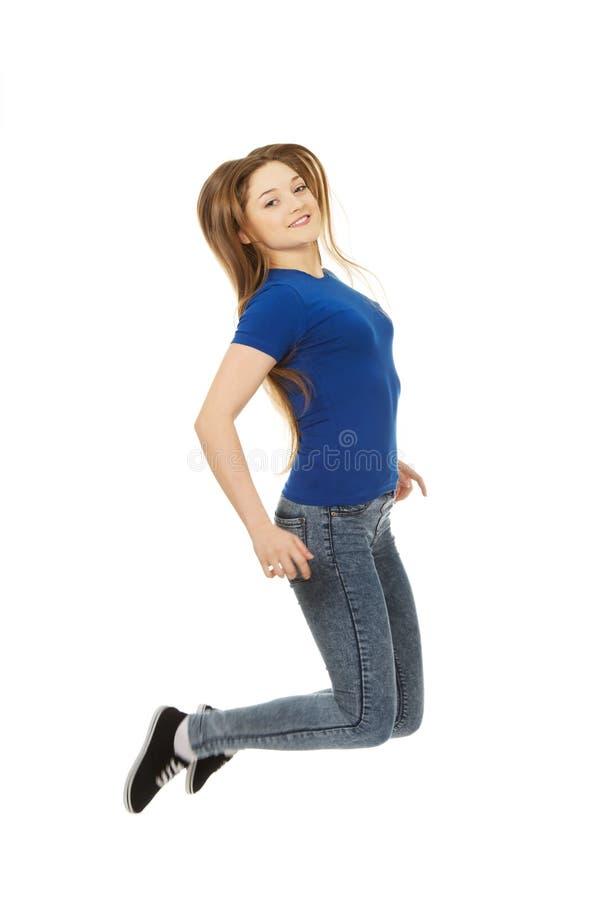 Adolescent sautant heureux images stock