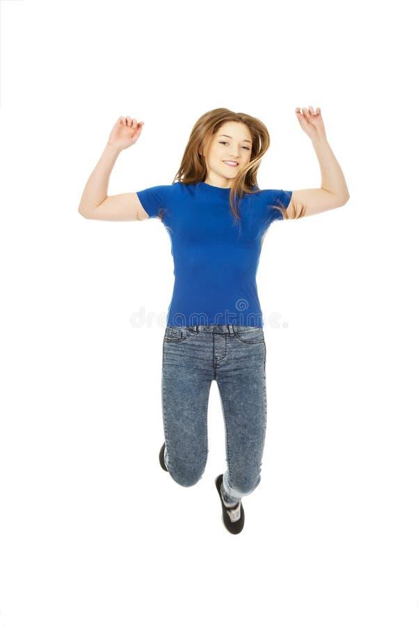 Adolescent sautant heureux image libre de droits