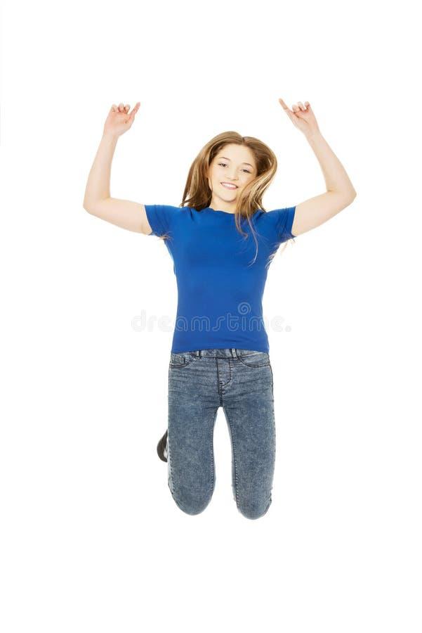 Adolescent sautant heureux images libres de droits