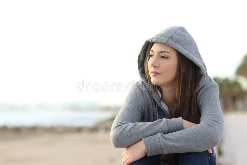 Adolescent songeur désirant ardemment regardant loin image libre de droits