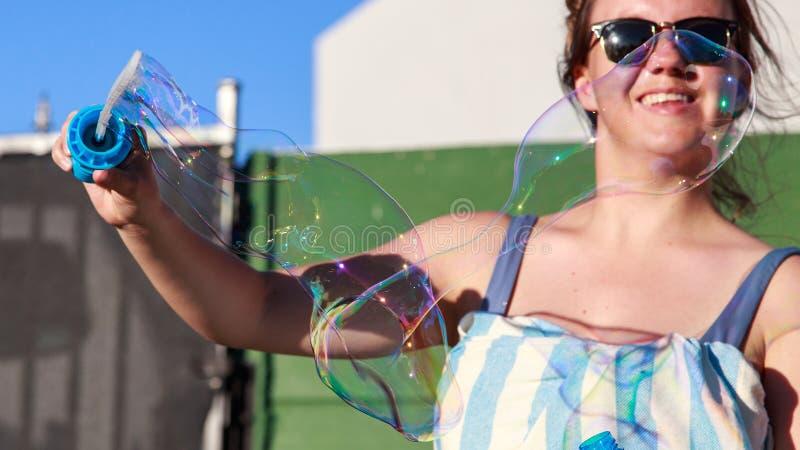 Adolescent soufflant de grandes bulles images stock
