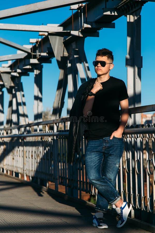Adolescent sur le pont métallique photos stock