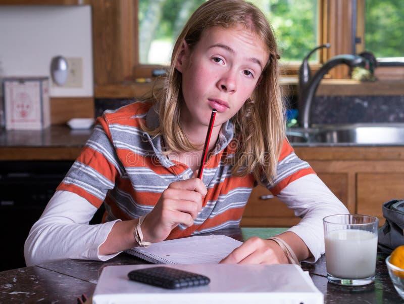 Adolescent travaillant au travail photos stock