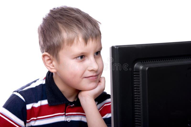 Adolescent travaillant sur l'ordinateur image stock