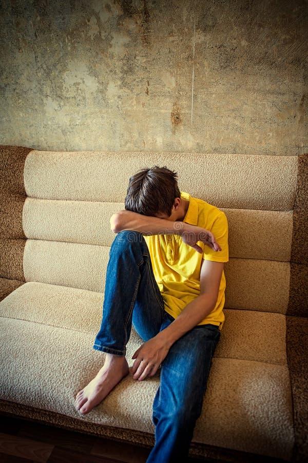Adolescent triste dans la chambre images stock
