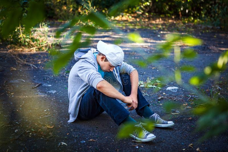 Adolescent triste extérieur photo libre de droits
