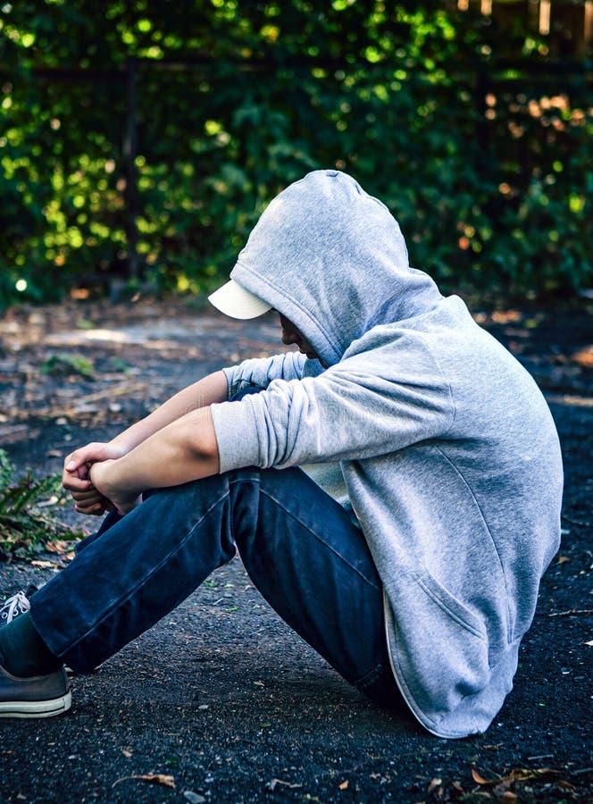 Adolescent triste extérieur images libres de droits