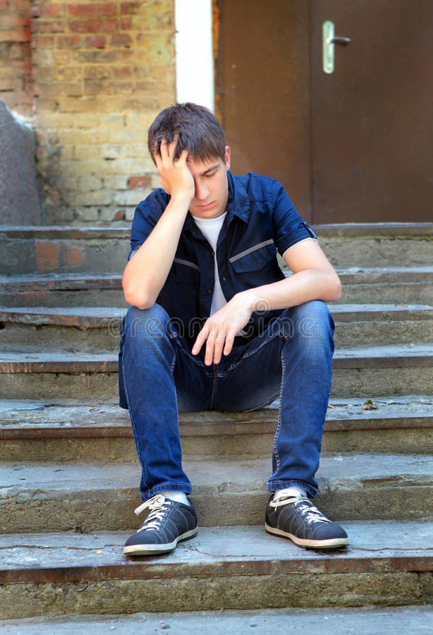 Adolescent triste extérieur photo stock