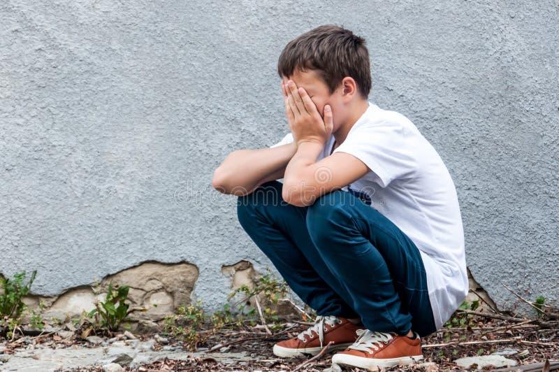 Adolescent triste extérieur images stock