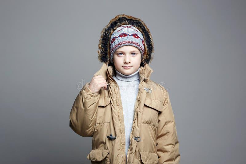 Adolescente à moda no chapéu e no Hoodie feitos malha imagem de stock royalty free