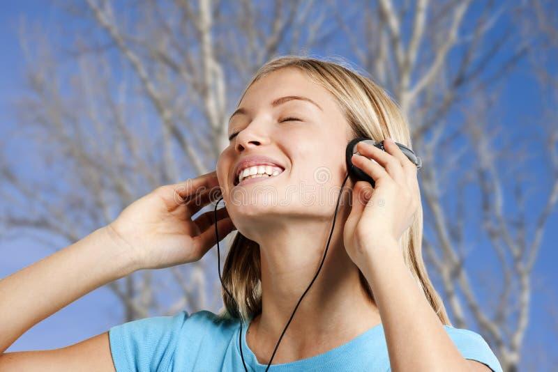 Adolescente écoutant la musique photo stock