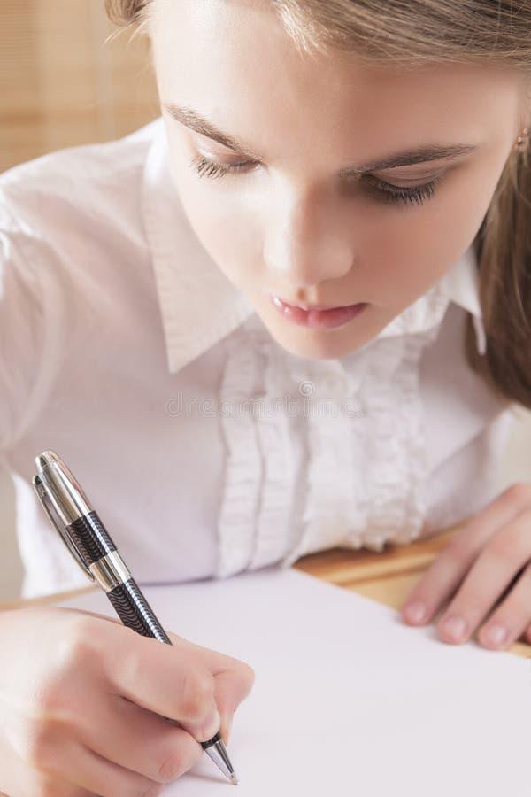 Adolescente écrivant une lettre photos libres de droits